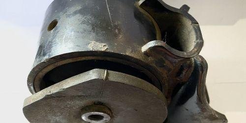 1995-2002 Suzuki Baleno - Motortartó bak, jobb /Gyári/ 1-es számmal jelölt a robbantott ábrán. Eredeti Suzuki alkatrész: 11610-60G10 9990Ft